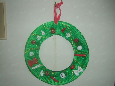 Easy Paper Plate Christmas Wreath Craft | Preschool Crafts ...